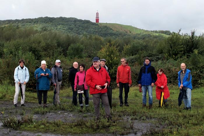 Die Mitglieder der Kreisgruppe Wesel, Ortsgruppe Moers und Mitglieder des BUND aus dem Kreis Wesel auf der Bergehalde, im Hintergrund die Halde Rheinpreußen.