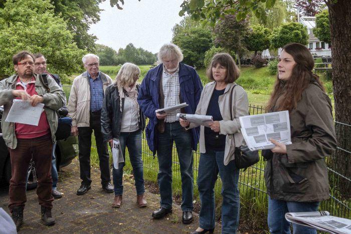 Ein Jahr nach dem Hochwasser: interessierte Bürger*innen und die BUND Kreisgruppe Wesel im Gespräch mit Nora Zurnieden von Wassernetz NRW am Isselufer bei Marienthal