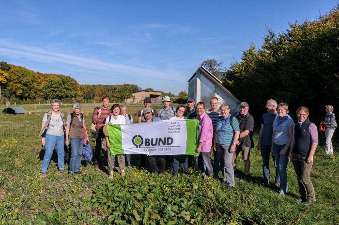 BUND-Landpartie 2018:  Mitglieder unterschiedlichen Kreis- und Ortsgruppen vor dem Hühnermobil auf dem Damberghof in Hamm