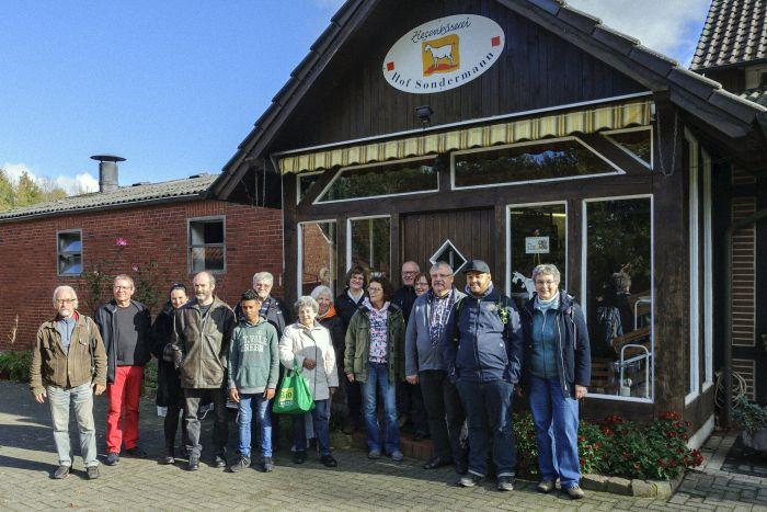 BUND-Regio-Landpartie: Gruppenbild vor dem Hofladen der  Ziegenkäserei Hof Sondermann